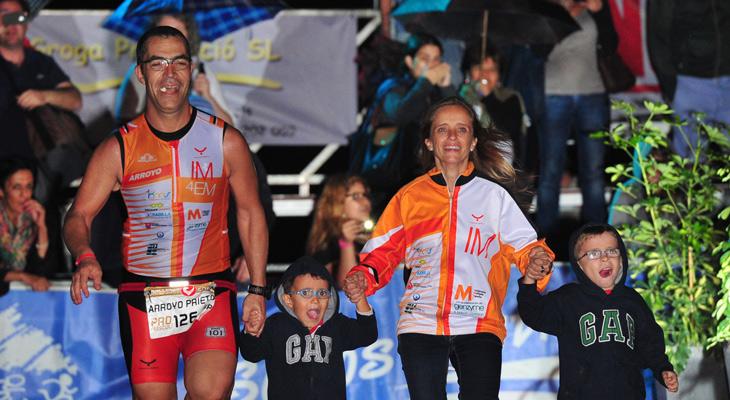 Ramón Arroyo e InmaPuig en la meta del Ironman Callea con sus hijos / RAMÓN ARROYO